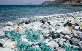 Entre ocho y doce millones de toneladas de plástico colapsan cada año el mar. (Getty Images, archivo)
